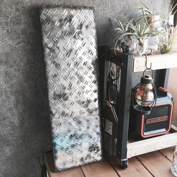 インダストリアルインテリアに大人気の「鉄板風シート」。そのままでもリアルですが、さらに男前のかっこいい雰囲気を出したい時には、こちらの塗装術がおすすめです! <用意するもの> ・鉄板風シート ・アクリル絵の具(ホワイト・ブラック・ゴールド・ブラウン) ・スポンジ ※アクリル絵の具のゴールドとブラウンはなくてもOK☆
