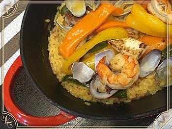 ワインによく合うパエリアをフライパンひとつで。魚介類のだしをお米が吸って、簡単なのに、深い味わい。サフランの代わりにターメリックを使うので手軽です。