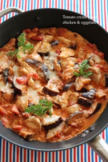 とっても手がかかっていそうなチキンと茄子のトマトクリーム煮グラタンですが、フライパンで簡単にできます。残ったら、翌日はドリアにしたり、パンにのせたり、またオムレツのソースにするのもよさそうですね。だれもが大好きな味です。