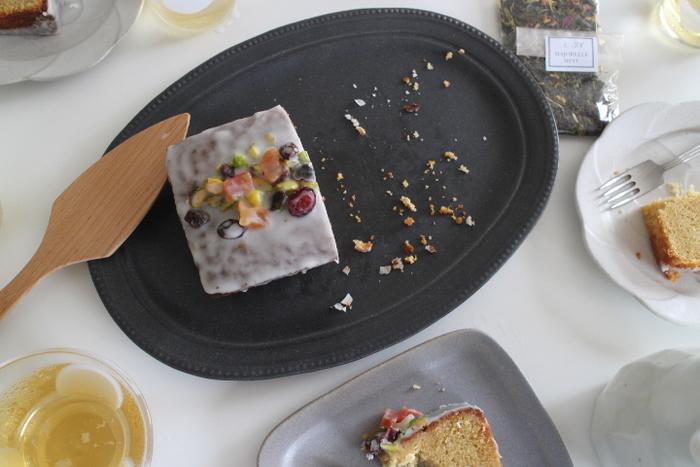 シックな色のプレートなので食材の色がよく栄えます。パウンドケーキが乗せられるほど大きめのお皿で、ケーキはもちろん、パーティーのときやワンプレートランチなどに活躍してくれます。