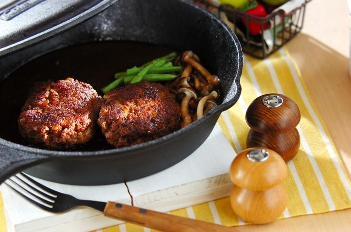 厚手の鉄のフライパン「スキレッド」が人気ですね。調理して、そのままテーブルに出せるのがおしゃれ。煮込みハンバーグも、スキレットを使うとふっくらジューシーに仕上がります。オーブンが使えるのも大きなメリット。