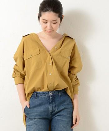 張りのある生地で仕立てられたシャツは、上までボタンを留めるとカッチリした印象になります。 ボタンを開けて少し襟を抜くと、こなれたムードになりますね。