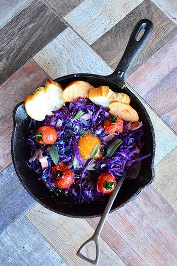 スキレットは、おしゃれな朝食に欠かせませんね。卵料理も色鮮やかに美しく♪朝から元気になれそうです。こちらは、クミン香る、紫キャベツの巣ごもり卵。