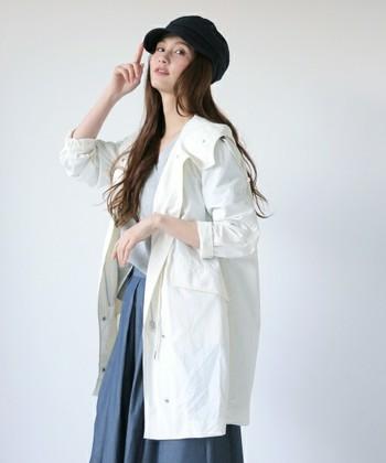 たっぷりとしたボリュームのスカートに白いコートで春らしい雰囲気。ワークキャップとふんわりとしたカールのヘアスタイルが素敵な雰囲気です。