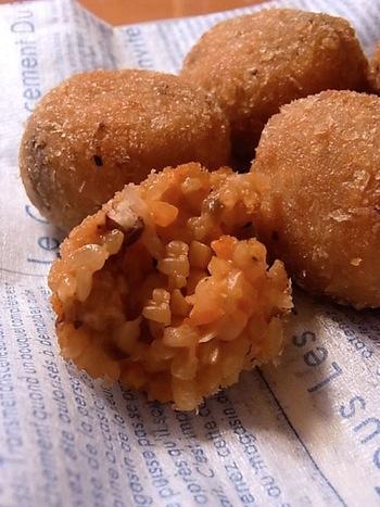肉類、乳製品、卵不使用のマクロビオティックレシピ。残り物の玄米で、イタリア風のおいしいライスコロッケをつくれば、おもてなしにもぴったり♪
