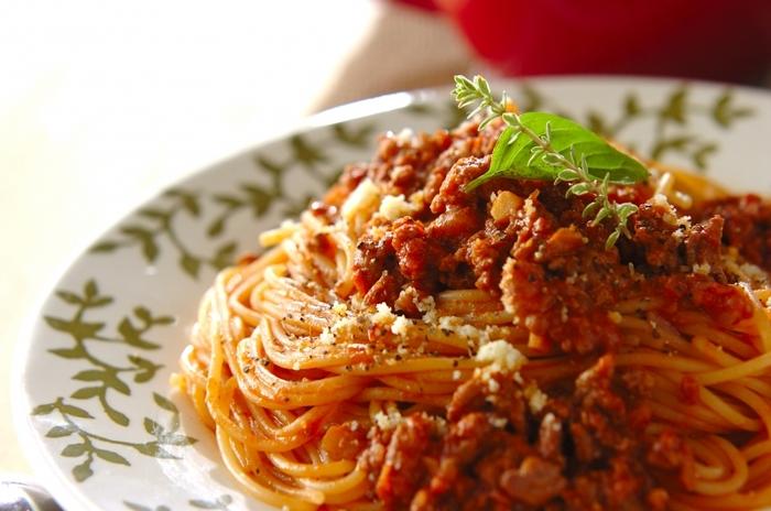 合いびき肉でつくるミートソースパスタは、トマトピューレの酸味と味噌のおかげで長時間じっくり煮込んだような味わいに。粗く刻んだクルミの食感が楽しいひと皿です。