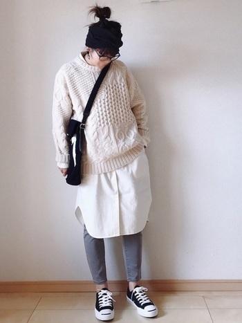 ざっくりニットの裾から白のシャツワンピースをのぞかせて、ラフな中にもシャツを挟むことできちんと感が演出できますね。