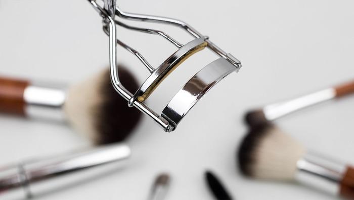 アイメイクにおいて、まつ毛をしっかりと上げることが重要です!特に一重まぶたの場合、まつ毛はしっかり上げるだけでも、通常よりも目が大きく見えますよ。できればホットビューラーを使うのがおすすめですが、普通のビューラーの場合は、ドライヤーで温めてから使うと◎。