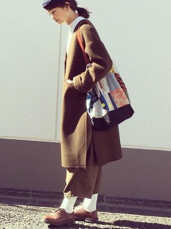トラッドな着こなしにも、アートバッグがおすすめ♪一気に雰囲気が柔らかくなるので、ハズシを取り入れたいときのも良いですね。