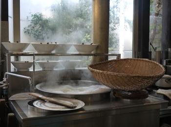 立ち込める湯気、ミートソースの香り…目の前で調理してくれる臨場感が、また、食欲をそそりますね。