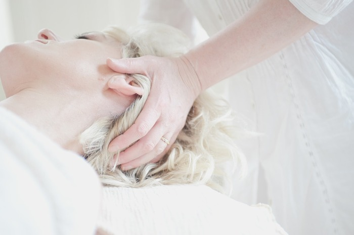 頭皮の血行を良くすることで、美しい髪を育むサポートができます。毎日ではなくていいので、両手のひらでこめかみ辺りを優しくプッシュ。そのまま円を描くようにやさしくマッサージしてみてください。 ちょっと疲れたなと思った時に行うと、程よい圧力が思わぬリラックス効果を与えてくれます。