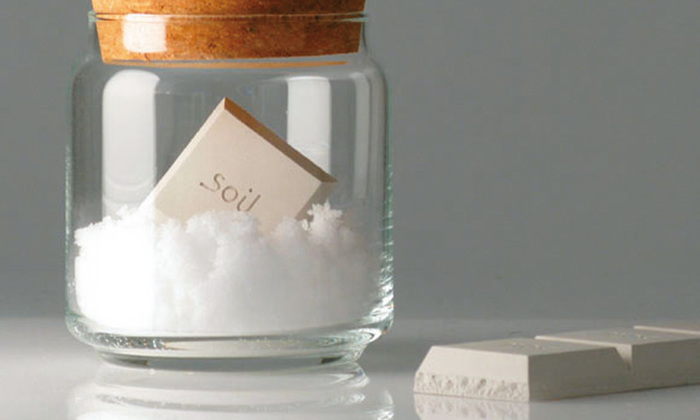 料理に使う砂糖や塩、袋から出した時はいいけどしばらくすると固まってダマになってしまうという経験はありませんか?このドライングブロックをひとつ砂糖と塩の入れ物にそれぞれ入れておくだけでいつまでもさらさらな状態を保つことができます。見た目もオシャレでカフェ風キッチンに♪