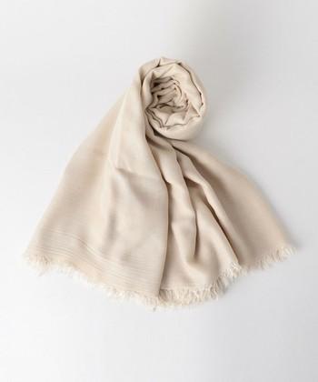 ストールは春だけなく、夏から秋にかけても使えるアイテムです。なので、一つ持っているととても便利!ストールは羽織りにも、マフラー風にも使えるので、使い方もさまざまです。