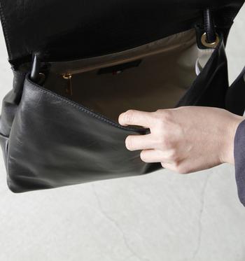 内ポケットに入るメンバーは固定してしまいましょう。携帯、ポーチ、手帳など。内ポケットがパンパンにならないように気をつけて。
