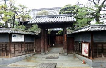 そしていよいよ最初に向かうのは森川邸。のんびりと歩みを進めて行きましょう。竹原市重要文化財の「森川低」は、明治前期の富豪・山路家の主屋を移転、再生し、その後、増築された文化財。お庭もとっても美しく、趣のあるお部屋の中を実際に見て回ることが出来ます。