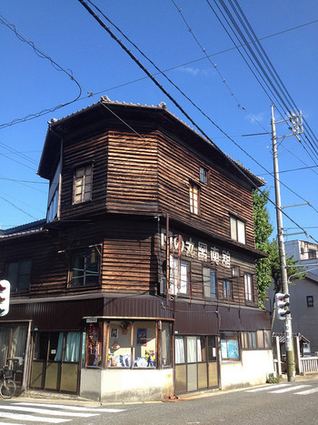 木造3階建ての建物と看板のロゴが、昭和の郷愁を誘う「日の丸写真館」。TVアニメ『たまゆら』で有名になった写真館です。この写真館は、道の駅から保存地区へ行く川沿いの道に建っています。写真館の前を流れる川沿いには、雁木や常備灯があり、かつて交通の要衝で栄えた「竹原」を偲ばせます。