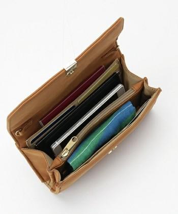 でも、中身は通常の財布のようにカード入れや小銭入れなど便利な仕切りが。お金の他にも、スマホやハンカチも入るたっぷり収納が魅力です。