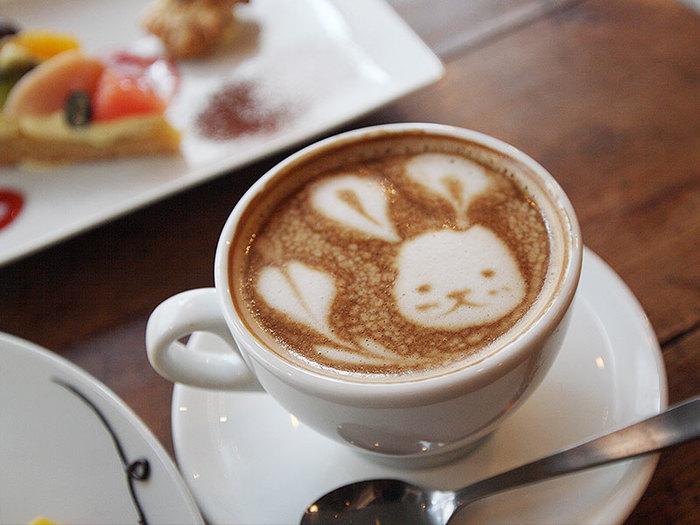 コーヒーの香りが漂うラテアートは、気持ちをほっこりとほぐしてくれるものです。とても可愛いラテアートなので、飲んでしまうのがもったいないですね。