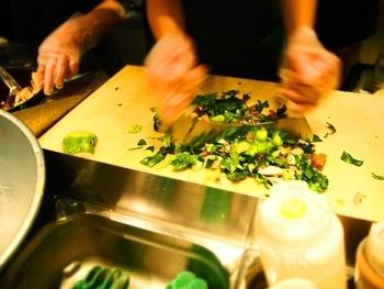 選んだあとは、このようにスタッフがメッザルーナと呼ばれる半月状の特殊なナイフで好みの大きさにサラダをカットをしてくれます。