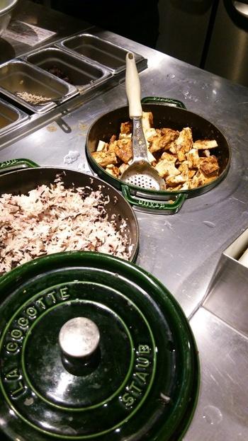 穀物とグリルドチキン。寒い季節にもおすすめの暖かいサラダもあるのがうれしいです。