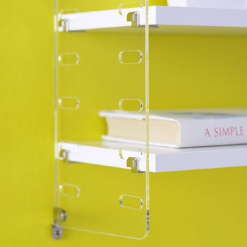 スタイリッシュなアクリル板タイプもあります。こちらもサイズとカラーが選べるのでお部屋に合わせて設置できます。
