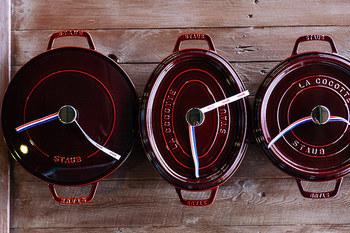 オーバルにラウンド、フラットとさまざまな形と色があり、炊く・煮る・焼く・蒸す…幅広い調理に使えるオールマイティな鍋です。ピコ・ココットは特に、スロークッキングに最適と言われています。