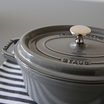 調理中の食材から出たうま味を含んだ蒸気を、ふたの裏に並んだピコ(突起)をつたわせて再び鍋へと戻す独自の仕組みがポイントです。