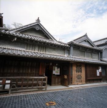 「竹鶴酒造」は、NHK連続テレビ小説『マッサン』の亀山政春のモデルとなった「竹鶴政孝」の生家。竹鶴政孝は、この造り酒屋の跡取り息子として生まれ、後に大阪・山崎でサントリーの前身である工場を立ち上げました。そして、北海道余市でニッカウヰスキーを独力で創業しました。