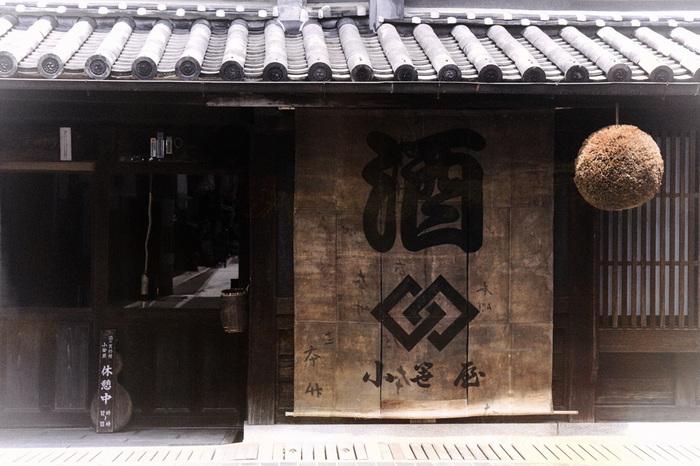 のれんにある「小笹屋」とは、古くから酒造業を営んできた竹鶴家の屋号。「竹鶴酒造」は、現役の造り酒屋。「竹鶴酒造」では、自然の恵みを活かし、丁寧な日本酒造りをしています。