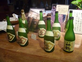 「小笹屋竹鶴」は、知る人ぞ知る名作の日本酒。プロの評価も高い逸品で、契約栽培された地元産の米を原料にしています。ぜひ立ち寄って試飲してみましょう。