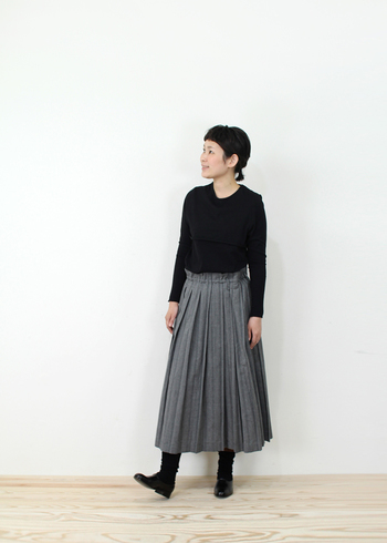 トップスがタイトで、ボトムスにプリーツのロングスカートをあわせれば、定番ですがとても脚が長くスタイル良くみせることができます。ブラック系以外なら、寒色系でまとめるとより細く、スタイル良くみせることができます。