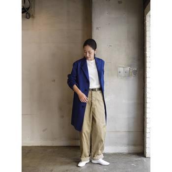 ワイドチノに白Tをタックイン!ロングコートを合わせることで、よりスタイル良く、高身長にみせることもできます。