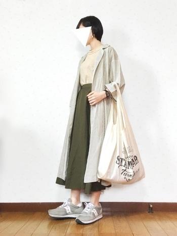 ロングスカートとシャツワンピースのナチュラルな重ね着コーディネートにジャズオリジナルを合わせてカジュアルダウン。ライトグレーはどんな服でも馴染みやすい色です。