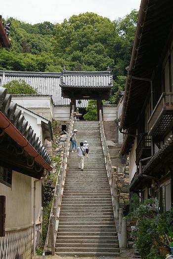 町並み保存地区のほぼ中央に位置する「西方寺」は、長い石段を上った高台にあります。境内からは、竹原市内の町並みが一望できますので、ぜひこの石段を上ってみましょう。