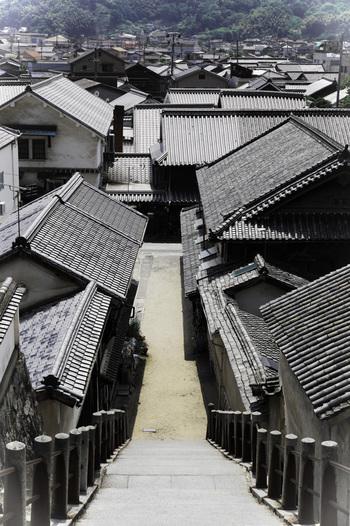 西方寺の石段上の山門からの眺めは、「竹原」を象徴する風景です。「甍の屋根」が続く西方寺からの眺めは、心がほっと和みます。