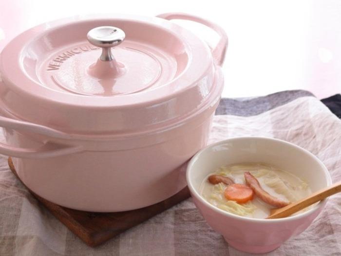 「世界一、素材本来の味を引き出す鍋」を目指し、メイドインジャパンの圧倒的な技術力でつくられた鋳物ホーロー鍋「バーミキュラ(Vermicular)」。