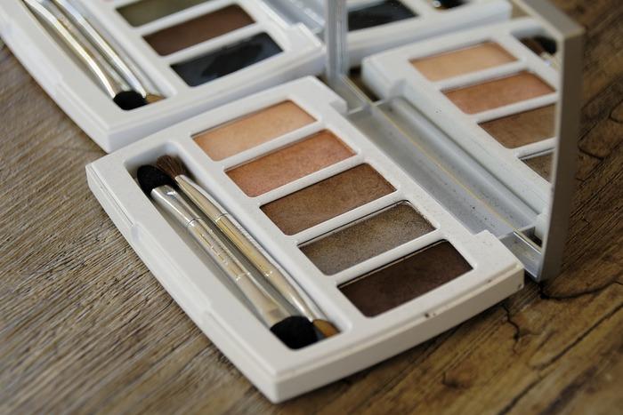 アイシャドウは、肌馴染みがよくナチュラルに仕上がるベージュ系やブラウン系を選びましょう。グラデーションになるように薄い色から順に塗って目元にメリハリをつけましょう。他にも、まぶたをすっきり見せてくれる寒色系もおススメです。