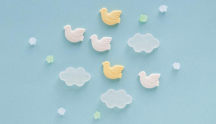 季節限定のお菓子も人気。「bird(バード)」は、鳥が落雁、雲は琥珀糖、そして金平糖がちりばめられたセットで販売される、春の限定商品(画像提供:UCHU wagashi)