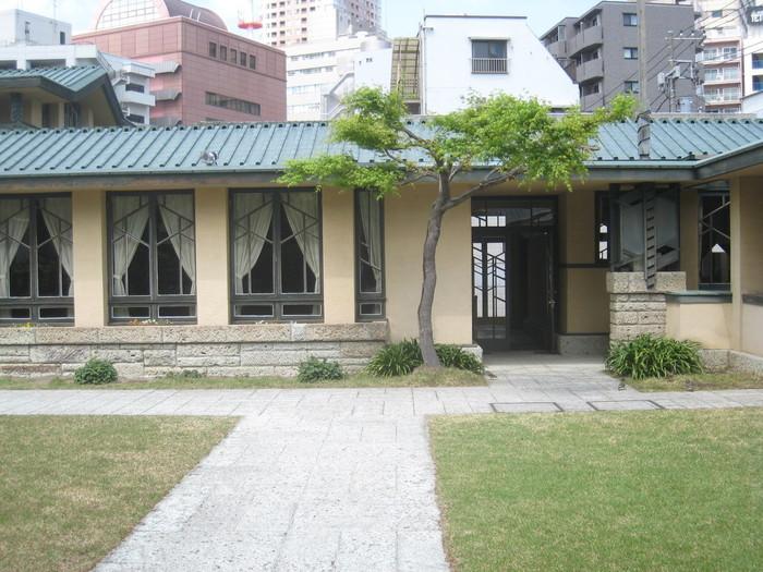 統一された色合いに、幾何学模様の窓枠。校舎の姿がそのまま残っています。