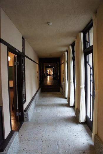 陽の光が差し込む廊下。柱や壁は同じ面に沿って立てられているため、建物の一番奥まで出っ張りがなくすっきりとしたデザインです。