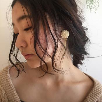 後ろはスッキリまとめ髪のときは前髪はルーズに巻くと◎ ふんわりとしたシルエットが大人っぽくて魅力的。
