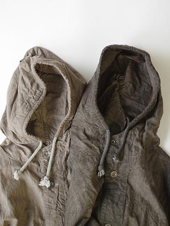 フーデッドコートは、コートとフード(帽子)を重ねたボリュームのある首周りに特徴があります。コート以外にジャケットやブルゾンなどデザインもさまざまです。