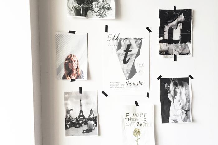 ポスターやポストカードは好きなモノを無造作に壁に飾ってインテリアとして楽しみます。