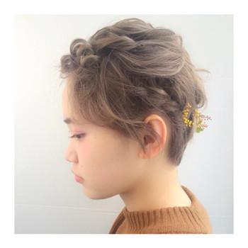 ところどころねじったり・編み込んだりと色んなアレンジ方法をミックスさせたスタイル。 小ぶりのお花のヘアアクセサリーをつけると春夏らしい印象になりますね。