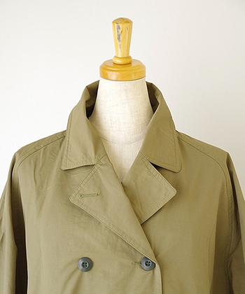 トレンチコートはダブルの前開き、ウエストにはステッチをかけたベルトがあります。そして、左右どちらかの肩から胸に、ストームフラップという雨風よけの布がついています。他にもさまざまな機能を持ったパーツがあることが特徴になります。