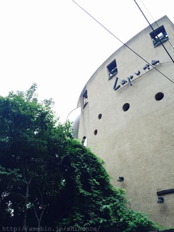 阿佐ヶ谷駅北口より徒歩2分のラピュタは、人と地球に優しい空間をモットーにした文化複合施設。地下1階には小劇場「ザムザ阿佐谷」、2階は映画館「ラピュタ阿佐ヶ谷」、3・4階はレストラン「山猫軒」です。 映画館の「ラピュタ阿佐ヶ谷」では、日本映画の歴史を垣間見られる昭和20年代から40年代の映画が上映されています。銀幕のスターに会いに出掛けてみませんか? 『ガリバー旅行記』の飛ぶ島から「ラピュタ」と名付け、「縄文杉の切り株」をイメージして丸くデザインした建物は、引き寄せられてしまいますね。
