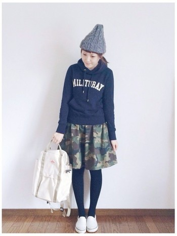女の子らしさを引き立てる着こなしには、フレアスカートがピッタリ!ミリタリー柄や落ち着きのあるカラーを選べば、甘くなりすぎません。