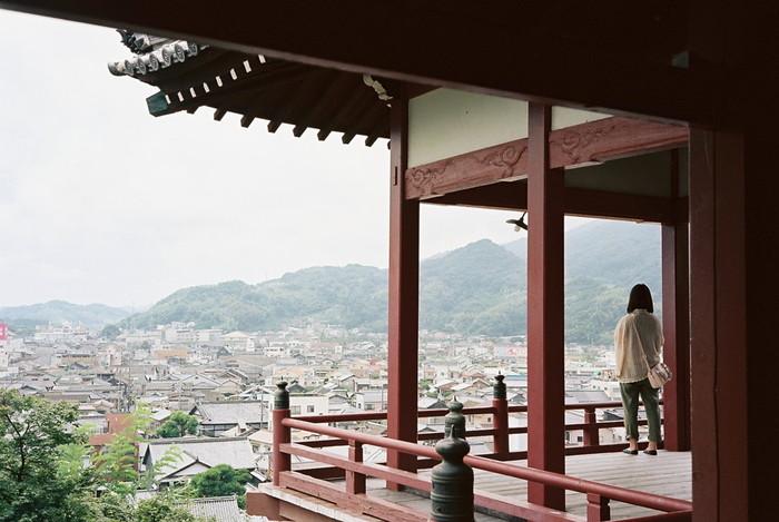 浄土真宗「西方寺」をさらに上ると、京都の清水寺を模して建造された神社「普明閣」があります。  ここから眺めるとさらに視界が開けます。