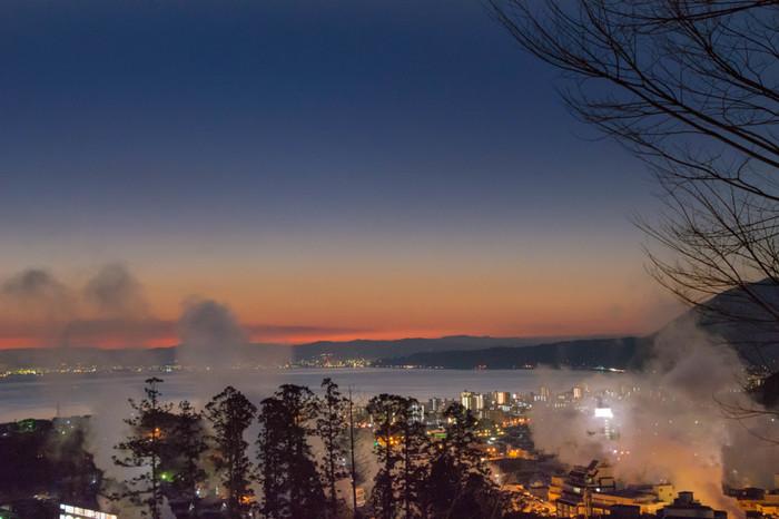 九州地方の東部に位置する豊かな自然と温暖な気候に恵まれた大分県は、温泉の源泉数と湧出量がともに日本一なことから「おんせん県」とも呼ばれています。