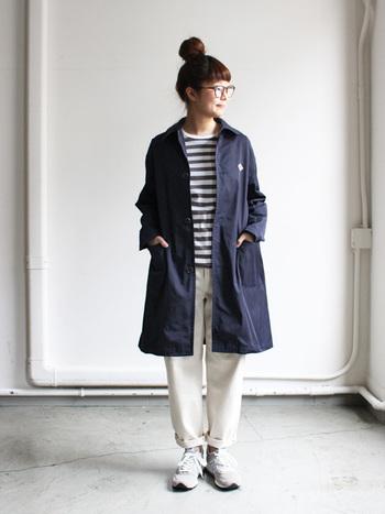 スタンダードなデザインのシンプルなコートです。サイドの大きなポケットとポリエステル100%のハリのある素材感も、3シーズン着こなせるベーシックさも魅力の1枚です。